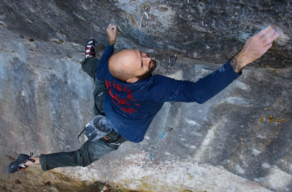 Markus Bock in the upper boulder problem - Pic by Jochen Meyer - Source: Kletterszene.com