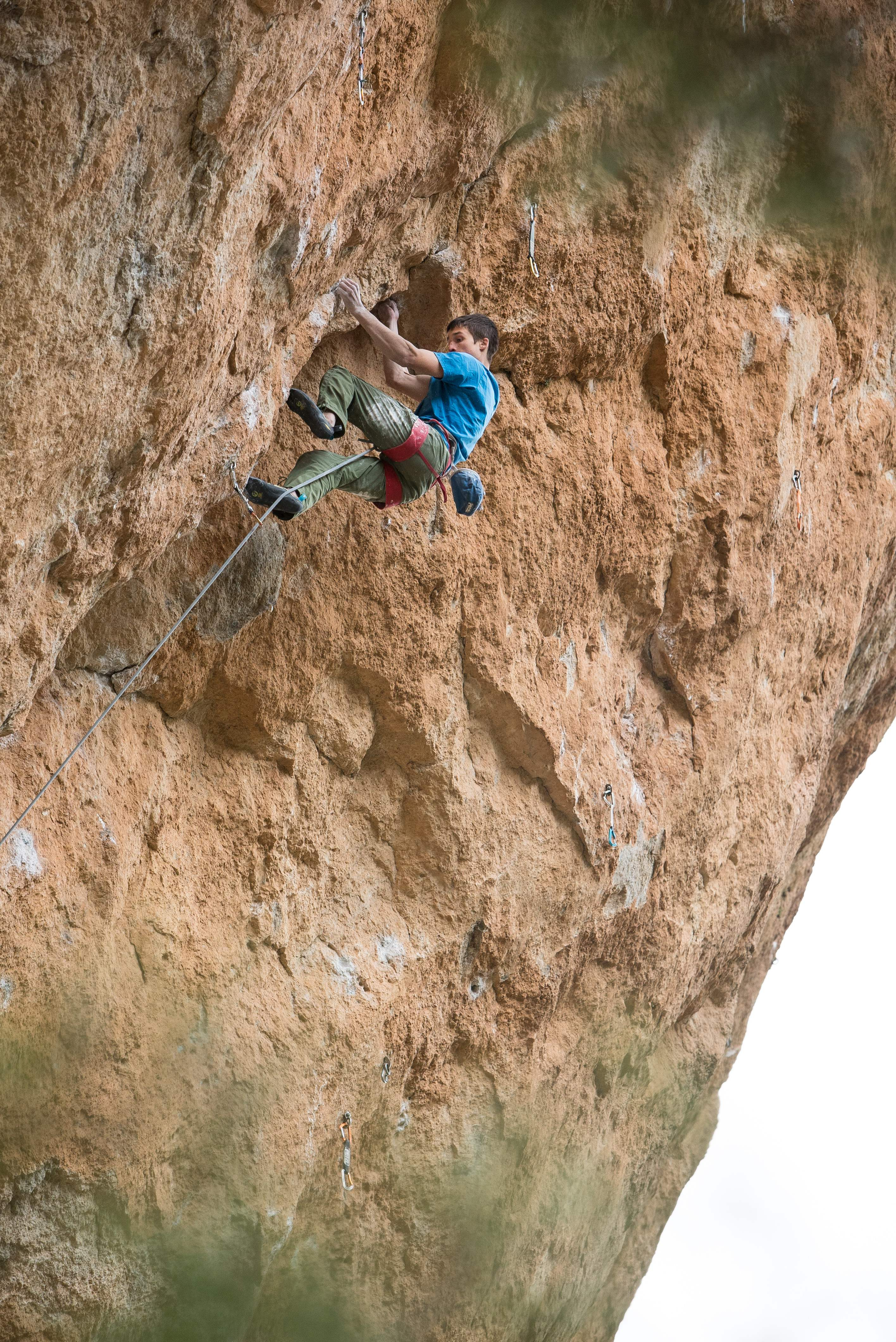 "David working himself up the crack of ""La Reina Mora"" (c) Jon Cardwell"